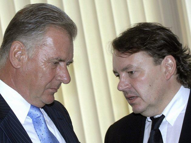 Tomáš Král (vpravo) v rozhovoru se svým předchůdcem Vratislavem Kulhánkem.
