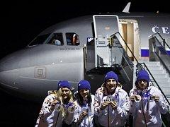 Olympionici jsou doma. Ukázali medaile
