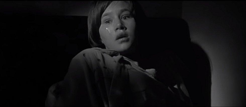 Filmová rekonstrukce nočního přepadu farmářského domu ve snímku Chladnokrevně z roku 1967