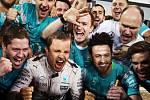 Nico Rosberg (druhý zleva) slaví s kolegy z Mercedesu triumf ve Velké ceně Bahrajnu.