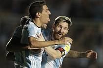 Fotbalisté Argentiny Lionel Messi (vpravo) a Ángel Di María se radují z gólu proti Kolumbii.