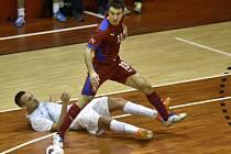 Futsalista Zdeněk Sláma (v červeném) proti Slovinsku.