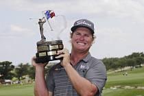 Golfista Charley Hoffman s trofejí pro vítěze turnaje v San Antoniu.