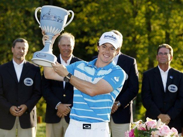 Golfista Rory McIlroy s trofejí pro vítěze turnaje Deutsche Bank Championship.
