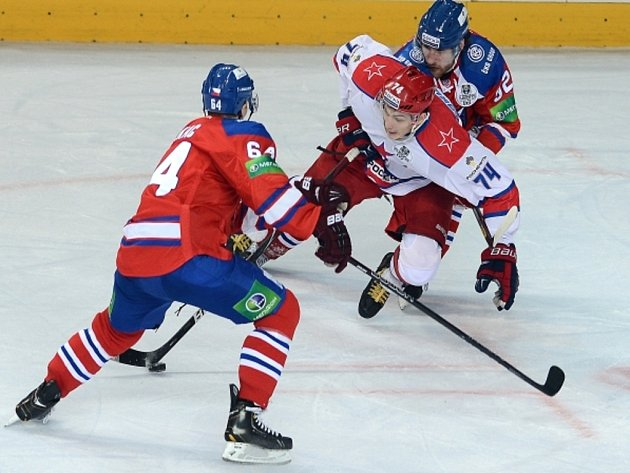 Jiří Sekáč ze Lva (vlevo) v zápase KHL - ilustrační foto.