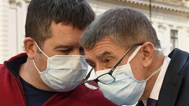 Premiér Andrej Babiš (vpravo) a ministr vnitra a vicepremiér Jan Hamáček v ochranných rouškách na tiskové konferenci po mimořádném zasedání vlády k situaci kolem šíření nového typu koronaviru 17. března 2020 v Praze