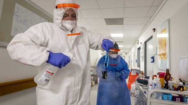 Zdravotníci dezinfikují přístroje na oddělení péče o pacienty s koronavirem (na snímku z 11. března 2021), pro něž má nemocnice v Roudnici nad Labem vyčleněných 20 standardních lůžek