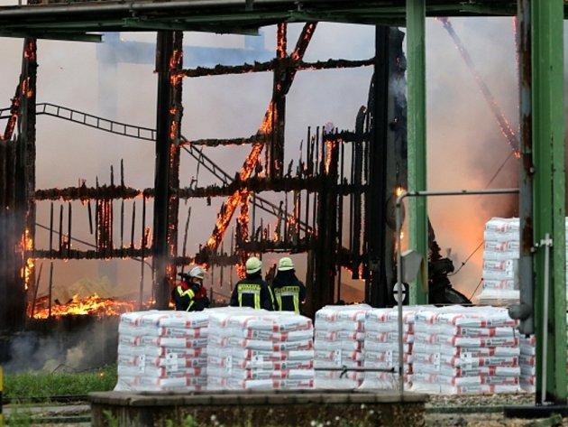 Rozsáhlý požár zachvátil dnes továrnu na výrobu hnojiv v Krefeldu na západě Německa.
