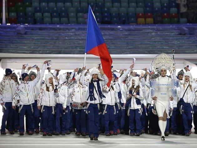 Vlajkonoška Šárka Strachová vede českou výpravu během slavnostního zahajovacího ceremoniálu olympijských her v Soči.
