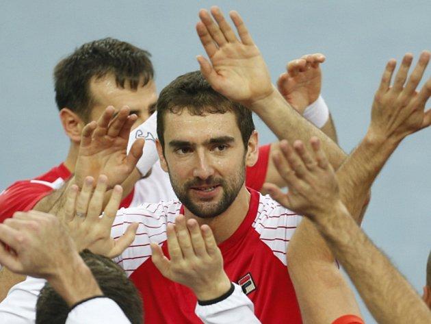 Marin Čilič (uprostřed) slaví s chorvatským týmem vítězství ve čtyřhře ve finále Davis Cupu proti Argentině.