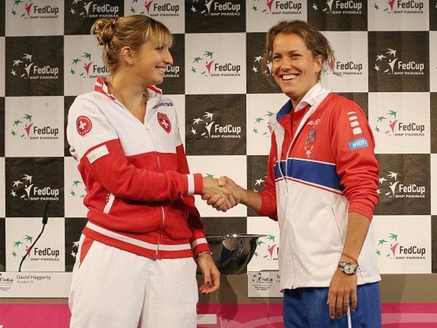 Barbora Strýcová (vpravo) a Timea Bacsinszká zahájí semifinále Fed Cupu.