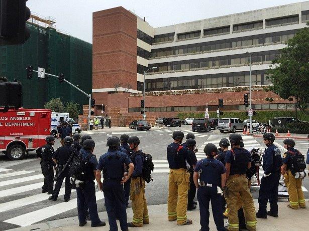 Kalifornská univerzita v Los Angeles byla dnes uzavřena kvůli střelbě uvnitř jejího kampusu, kde zemřeli dva lidé.