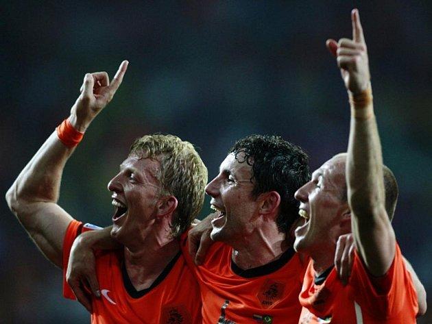 Nizozemští reprezentanti Dirk Kuyt, Mark van Bommel a Arjen Robben (zleva) oslavují postup do semifinále MS: