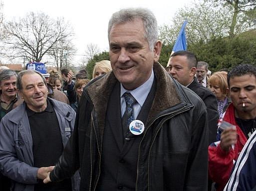 Vůdce srbské opozice Tomislav Nikolić, který přestal přijímat potravu na protest proti vládní politice, zkolaboval a byl hospitalizován.