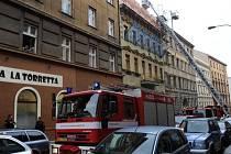 V rekonstruovaném činžovním domě v Rubešově ulici na Vinohradech se zřítilo se schodiště.