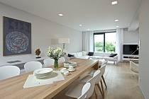 Centrální místem, kde tráví rodina nejvíc času, se stalo přízemí s velkým otevřeným obytným prostorem kuchyně s jídelnou a relaxační zónou s krbem.