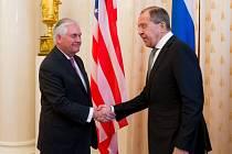 Americký ministr zahraničí Rex Tillerson (vlevo) a jeho ruský protějšek Sergej Lavrov.