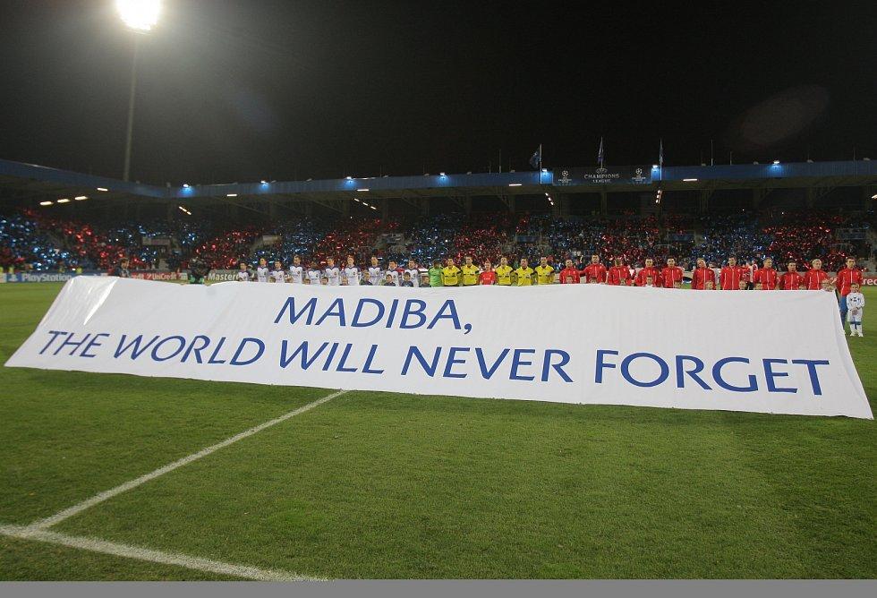Před zápasem Plzně s CSKA Moskva byl vzdán hold zesnulému bývalému jihoafrickému prezidentovi Nelsonu Mandelovi.