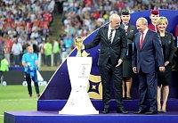 Na finále MS nemohl chybět prezident pořadatelské země Vladimir Putin. Na snímku s ředitelem FIFA Giannim Infantinem