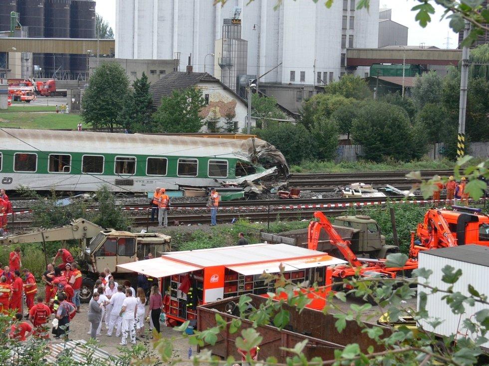 Vlak narazil do spadlé mostní konstrukce.