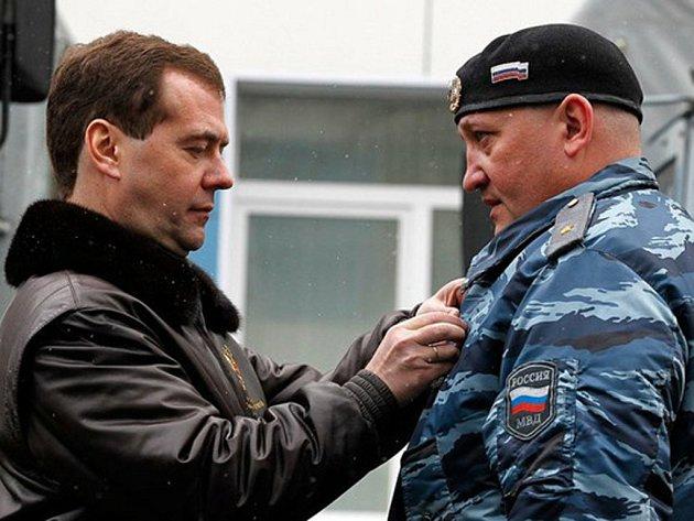 V minulosti byl generálmajor Alexandr Ivanin třikrát oceněn vyznamenáním Za statečnost, naposledy řád převzal z rukou nynějšího premiéra a bývalého prezidenta Dmitrije Medveděva.