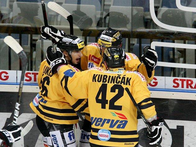 Hokejisté Litvínova se radují z gólu.