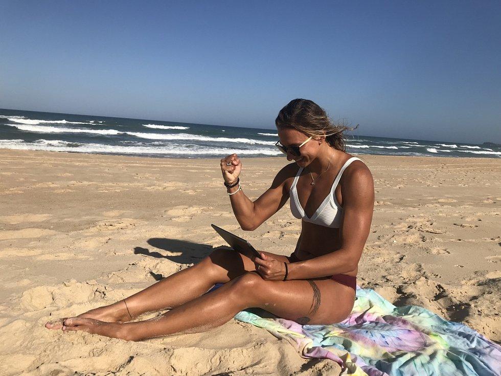 Je to tam! Nejlepší česká plavkyně Barbora Závadová sleduje medailový závod Evy Samkové.