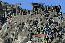 Na svazích více než 3000 metrů vysoké sopky Ontake na hlavním japonském ostrově Honšú dnes pokračuje pátrání po obětech sobotní erupce, kterou nepřežilo nejméně 31 lidí.