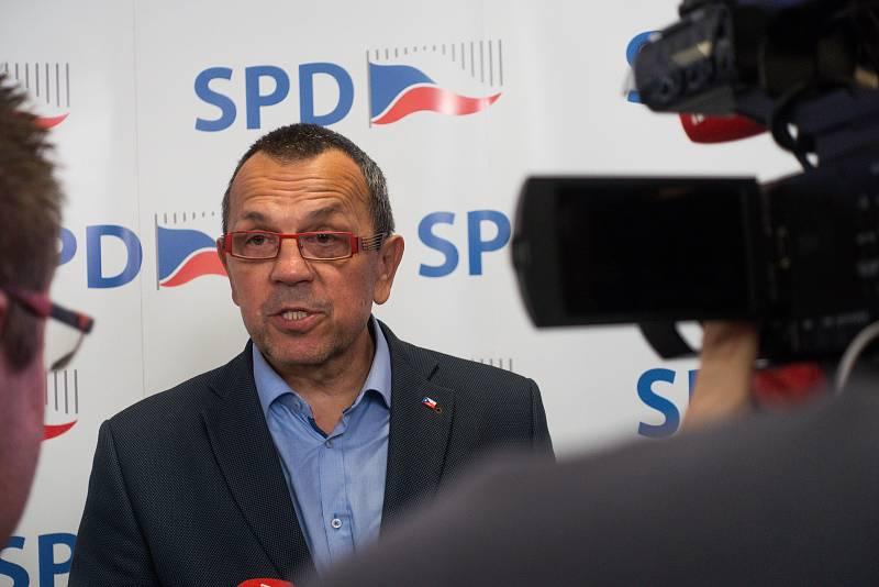 V obležení novinářů se ocitl někdejší místopředseda ČSSD Jaroslav Foldyna. Zatímco jeho původní strana se zatím potácí těsně pod hranou účasti ve Sněmovně, SPD, do níž přestoupil si zhruba drží pozice z předchozích voleb.
