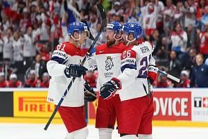 Filip Hronek (uprostřed) slaví gól do sítě Norska.