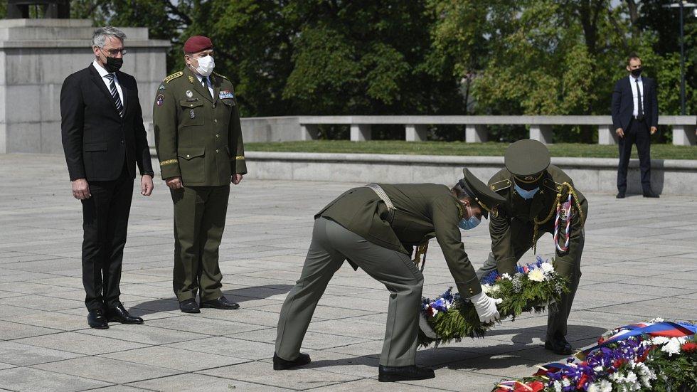 Pietní akt na pražském Vítkově u příležitosti 75. výročí konce druhé světové války. Na snímku ministr obrany Lubomír Metnar