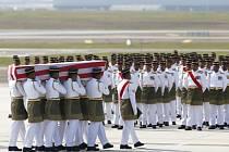 Na letišti v malajsijském Kuala Lumpuru dnes přistál letoun s prvními těly a urnami 20 malajsijských cestujících, kteří v polovině července zahynuli při katastrofě Boeingu 777 nad východní Ukrajinou.