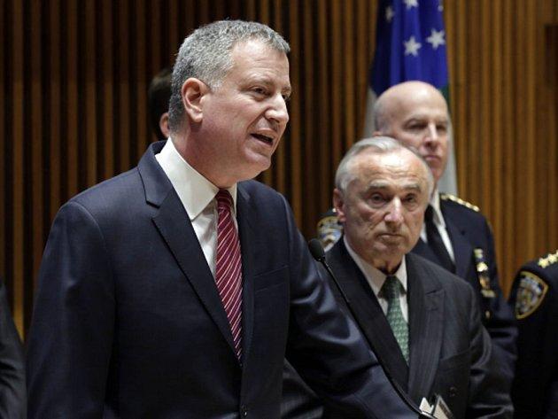 Newyorský starosta Bill de Blasio v pondělí zkritizoval chování stovek policistů, kteří se k němu během nedávných pohřbů dvojice zastřelených policejních kolegů obrátili zády.