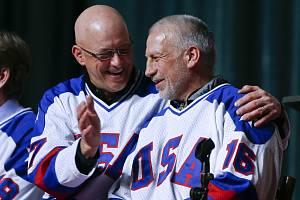 Mark Pavelich (vpravo) během vzpomínkové akce v roce 2015