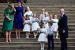 Družičky a pážata. Vlevo matka nevěsty Sarah Ferguson, vévodkyně z Yorku, sestra nevěsty, princezna Beatrice a otec nevěsty Andrew, vévoda z Yorku