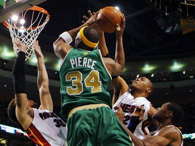 Paul Pierce si obranou Miami skáče pro další dva body.