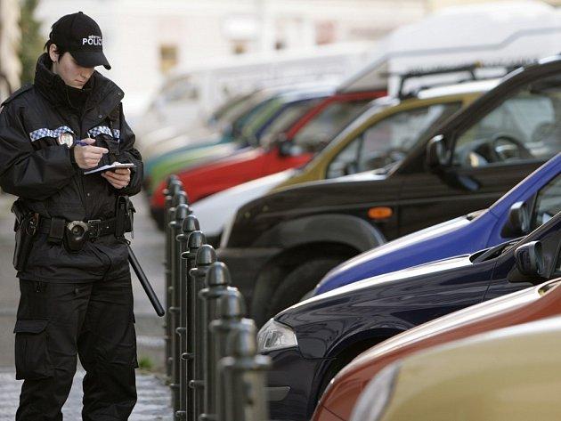 V utajení. Soukromá auta policistů označená služebními znaky nechávají strážníky v klidu. Žádnou výjimku však nemají