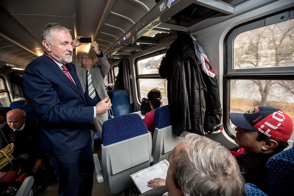 Prezidentská debata ve vlaku Deníku 20. listopadu na cestě z Prahy do Ústí nad Labem. Mirek Topolánek