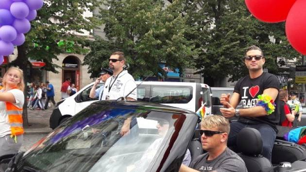 Z pražského Václavského náměstí vyrazilo 13. srpna víc než 15.000 lidí v průvodu na podporu sexuálních menšin v rámci 6. ročníku festivalu Prague Pride. Na snímku ve vozidle jede vnuk egyptského herce Omara Sharifa Omar Sharif (první zprava).