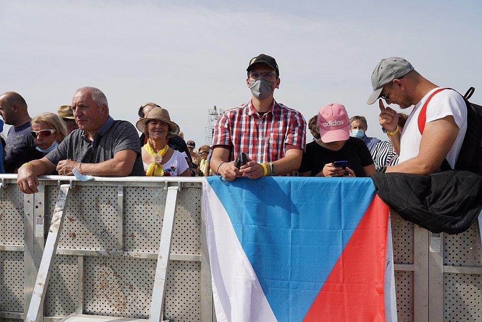 Na 50 tisíc věřících přivítalo papeže Františka ve slovenském Šaštíně blízko u hranic. Mezi účastníky venkovní bohoslužby byli i Češi.