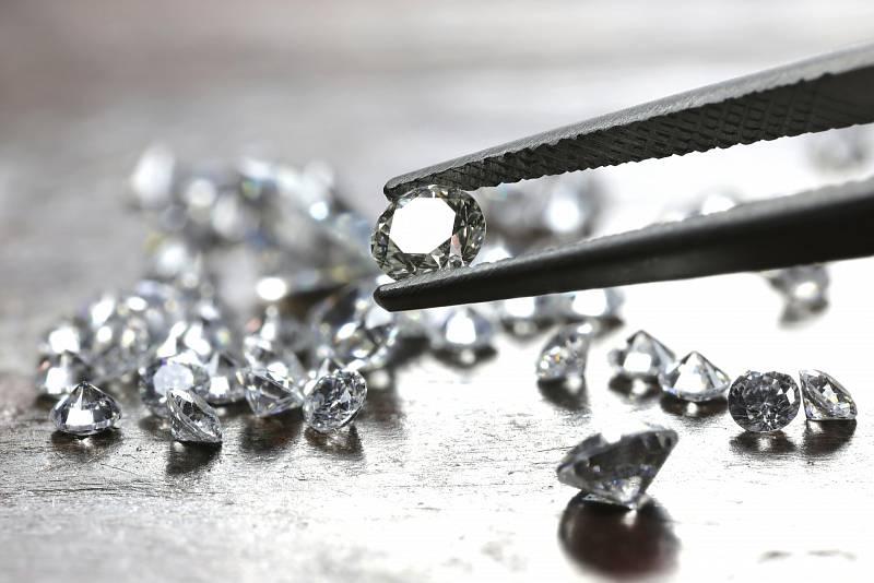 Tvůrci uměle vytvořených diamantů dlouhodobě upozorňují, že jejich laboratorní produkty jsou identické s přírodními drahými kameny