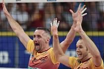 . Liberečtí hráči Lubomír Staněk (vlevo) a Adrian Patucha se radují ze zisku titulu