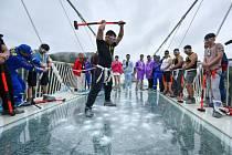 testování skleněného mostu v Číně