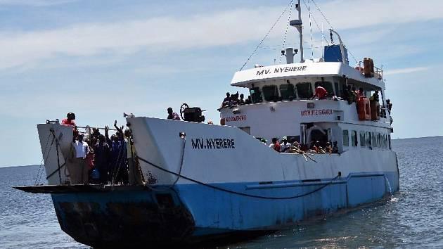 Na Viktoriině jezeře v Tanzánii se převrátil trajekt