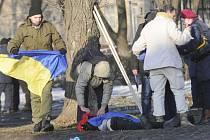Ukrajinské bezpečnostní síly zadržely dalších pět osob podezřelých z účasti na nedělním teroristickém útoku v Charkově, který si vyžádal čtyři mrtvé.