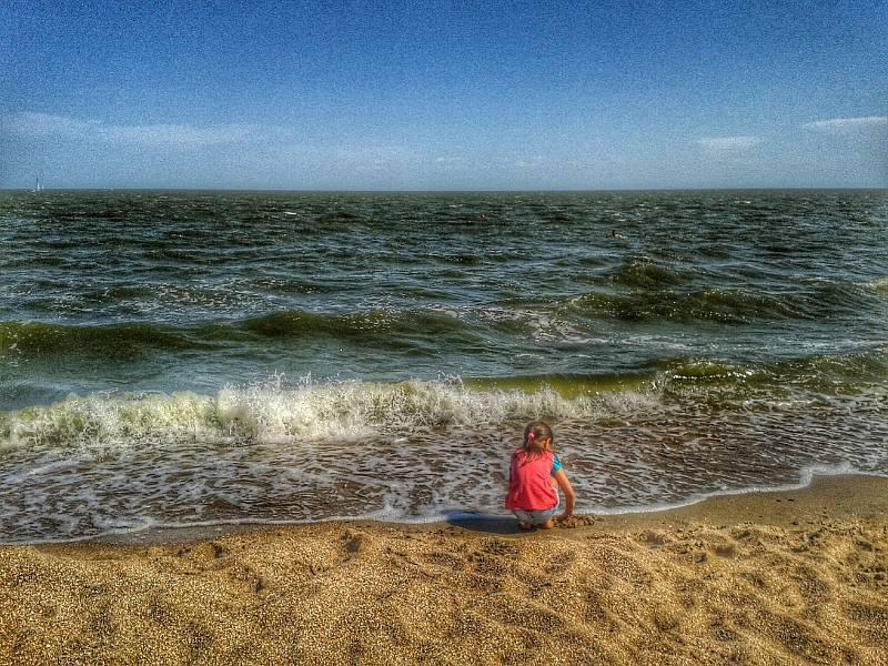 Dívka a moře. Ukrajinský přístav Mariupol