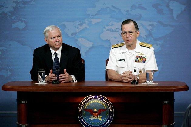 Americké tažení proti terorismu je nyní těžší než na začátku, připustil ministr obrany USA Robert Gates (vlevo). Na snímku z 8. května hovoří na konferenci s předsedou sboru náčelníků štábů admirálem Michaelem Mullenem.