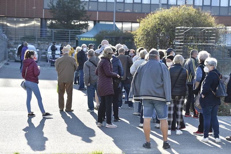 Lidé čekají frontu 23. dubna 2020 u univerzitního kampusu v Brně.