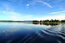 Vodní nádrž Lipno.  Má největší vodní plochu v České republice, je také nazýváno jihočeským mořem.