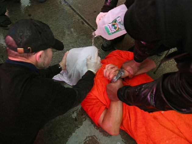 Demonstranté na Times Square letos u příležitosti šestiletého výročí otevření věznice Guantanámo předvedli i mučení topením, takzvaný waterboarding.
